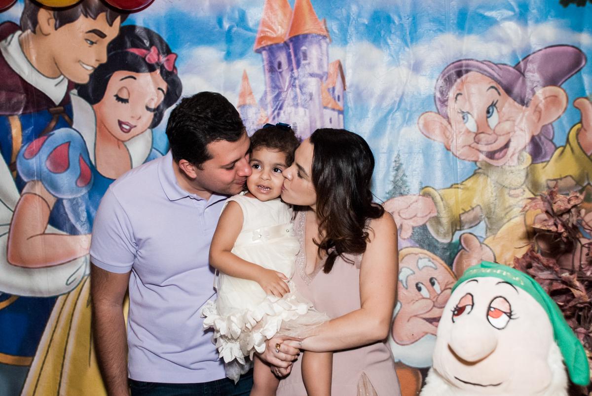 foto com os padrinhos no Buffet Planeta Kids, niversario Larissa 3 anos, tema da festa Branca de Neve