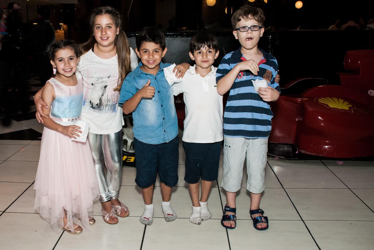 os amigos posam para a foto no Buffet Planeta Kids, niversario Larissa 3 anos, tema da festa Branca de Neve
