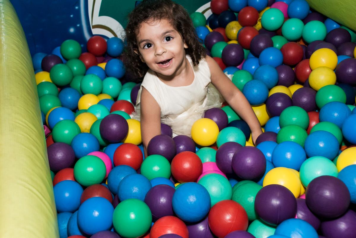 piscina de bolinha muito legal no Buffet Planeta Kids, niversario Larissa 3 anos, tema da festa Branca de Neve