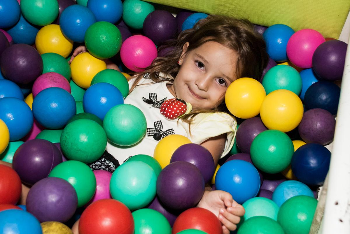 carinha de princesa na foto feita na piscina de bolinhas no Buffet Planeta Kids, niversario Larissa 3 anos, tema da festa Branca de Neve