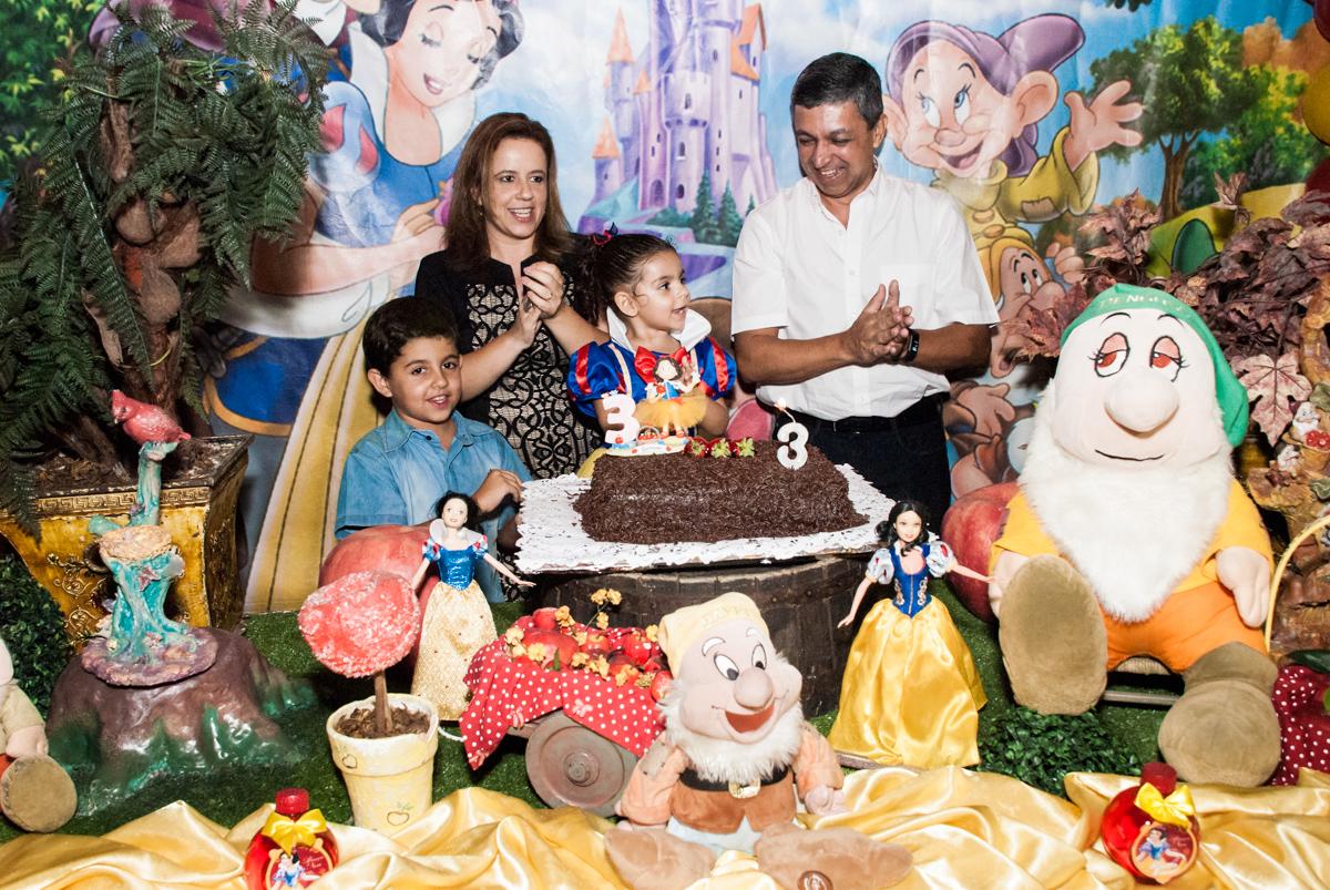 hora do parabéns no Buffet Planeta Kids, niversario Larissa 3 anos, tema da festa Branca de Neve