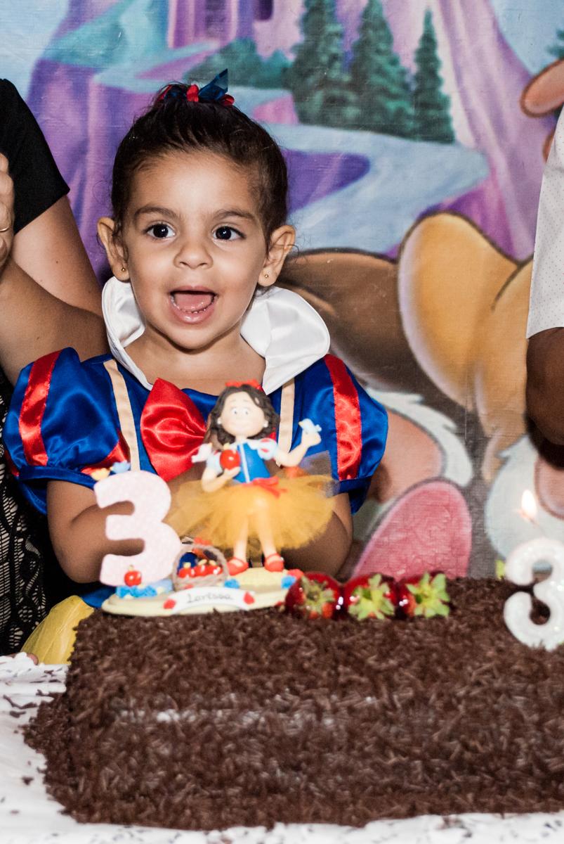 aniversariante feliz com sua festa no Buffet Planeta Kids, niversario Larissa 3 anos, tema da festa Branca de Neve