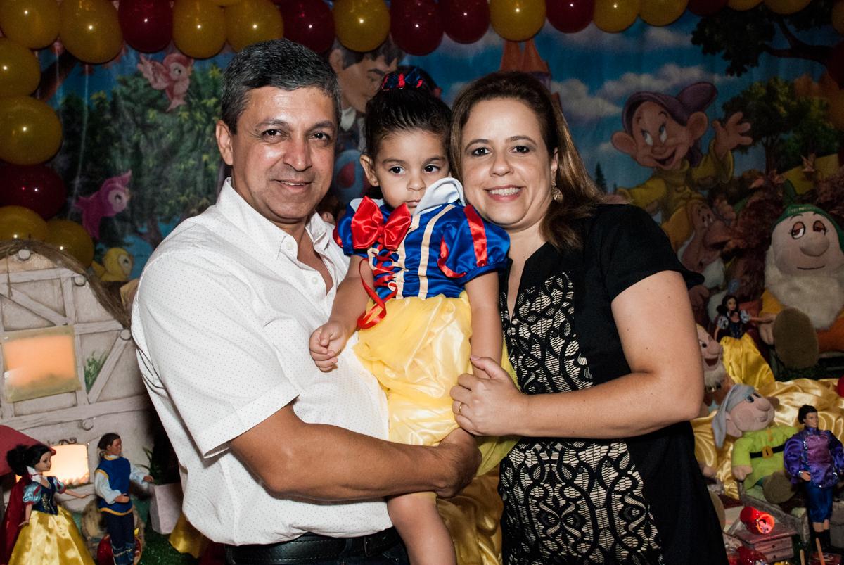 com os pais no parabéns no Buffet Planeta Kids, niversario Larissa 3 anos, tema da festa Branca de Neve