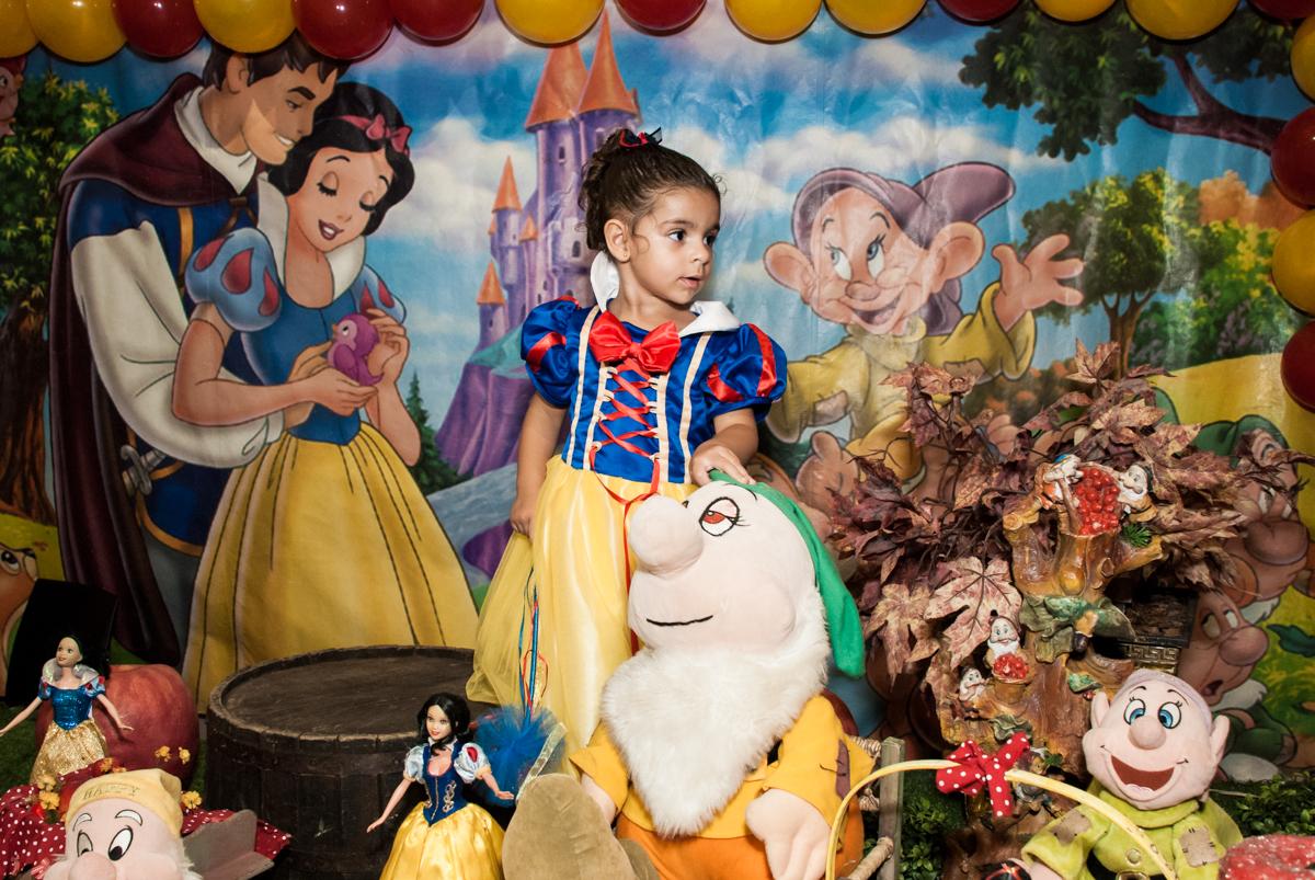 pose de princesa noBuffet Planeta Kids, niversario Larissa 3 anos, tema da festa Branca de Neve