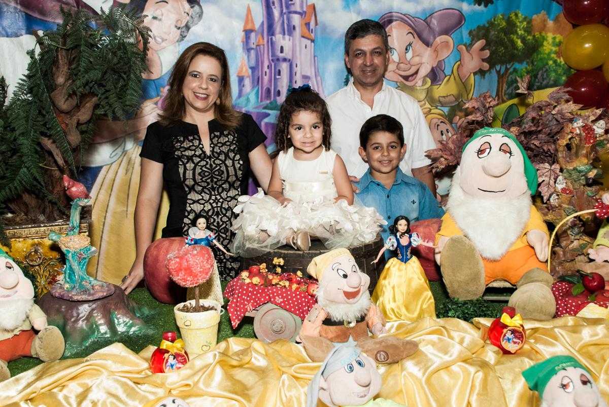 fotos feita na mesa temática no Buffet Planeta Kids, niversario Larissa 3 anos, tema da festa Branca de Neve