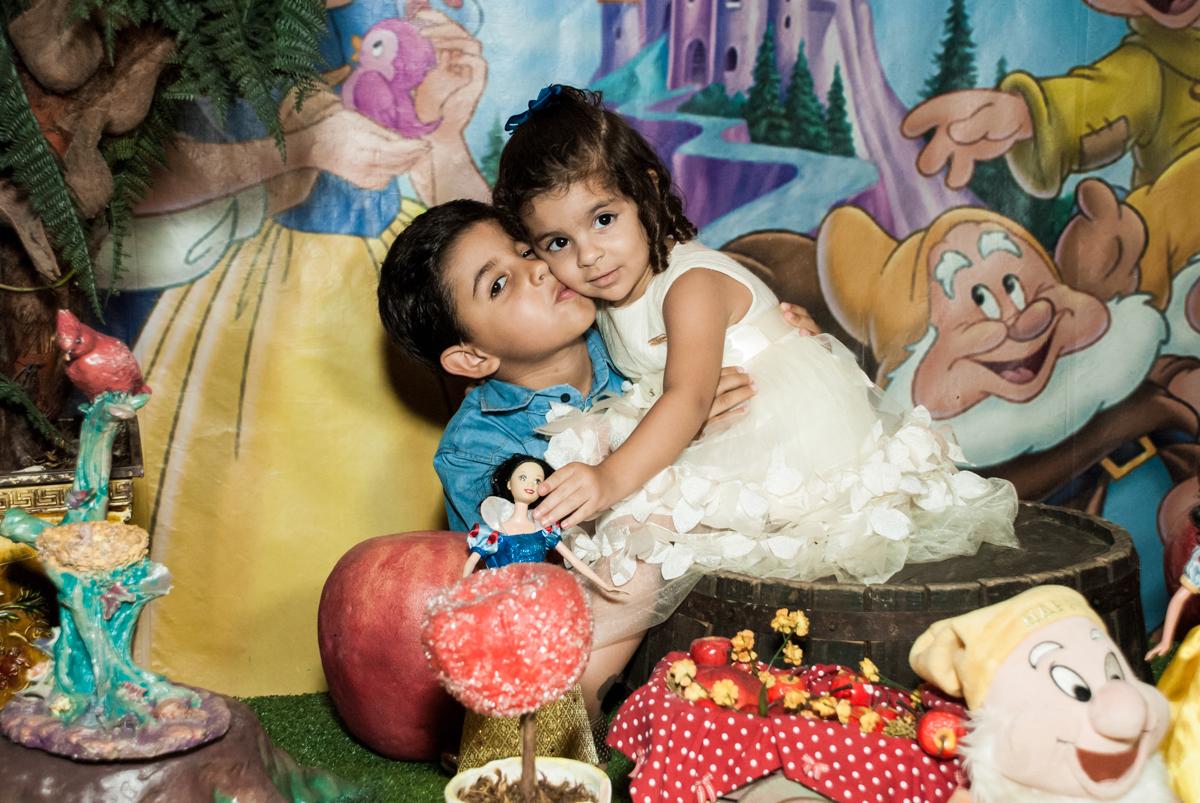 beijinho do irmão no Buffet Planeta Kids, niversario Larissa 3 anos, tema da festa Branca de Neve