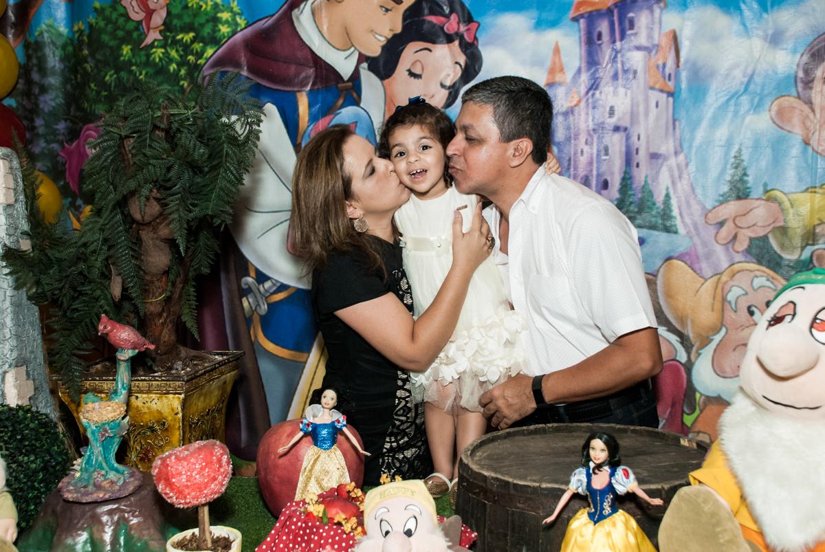 beijo sanduiche dos pais no Buffet Planeta Kids, niversario Larissa 3 anos, tema da festa Branca de Neve