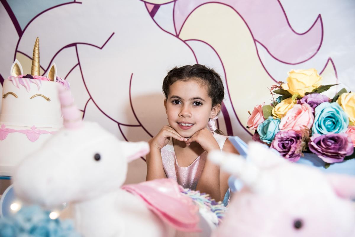 pose de princesa para a foto no Buffet Planeta Kids, Lapa, São Paulo, aniversario de Sarah 8 anos, tema da festa Unicórnio