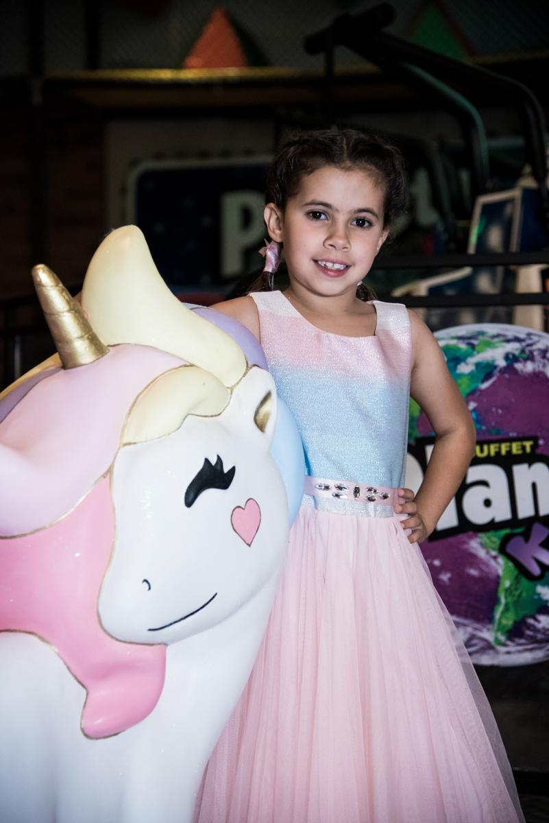 posando ao lado do unicórnio no Buffet Planeta Kids, Lapa, São Paulo, aniversario de Sarah 8 anos, tema da festa Unicórnio