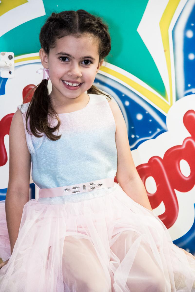 feliz no brinquedo tombo legal no Buffet Planeta Kids, Lapa, São Paulo, aniversario de Sarah 8 anos, tema da festa Unicórnio