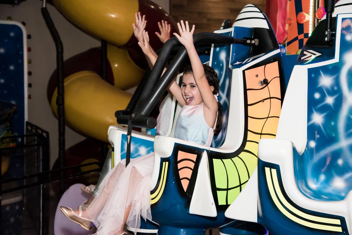 brinquedo elevador radical no Buffet Planeta Kids, Lapa, São Paulo, aniversario de Sarah 8 anos, tema da festa Unicórnio