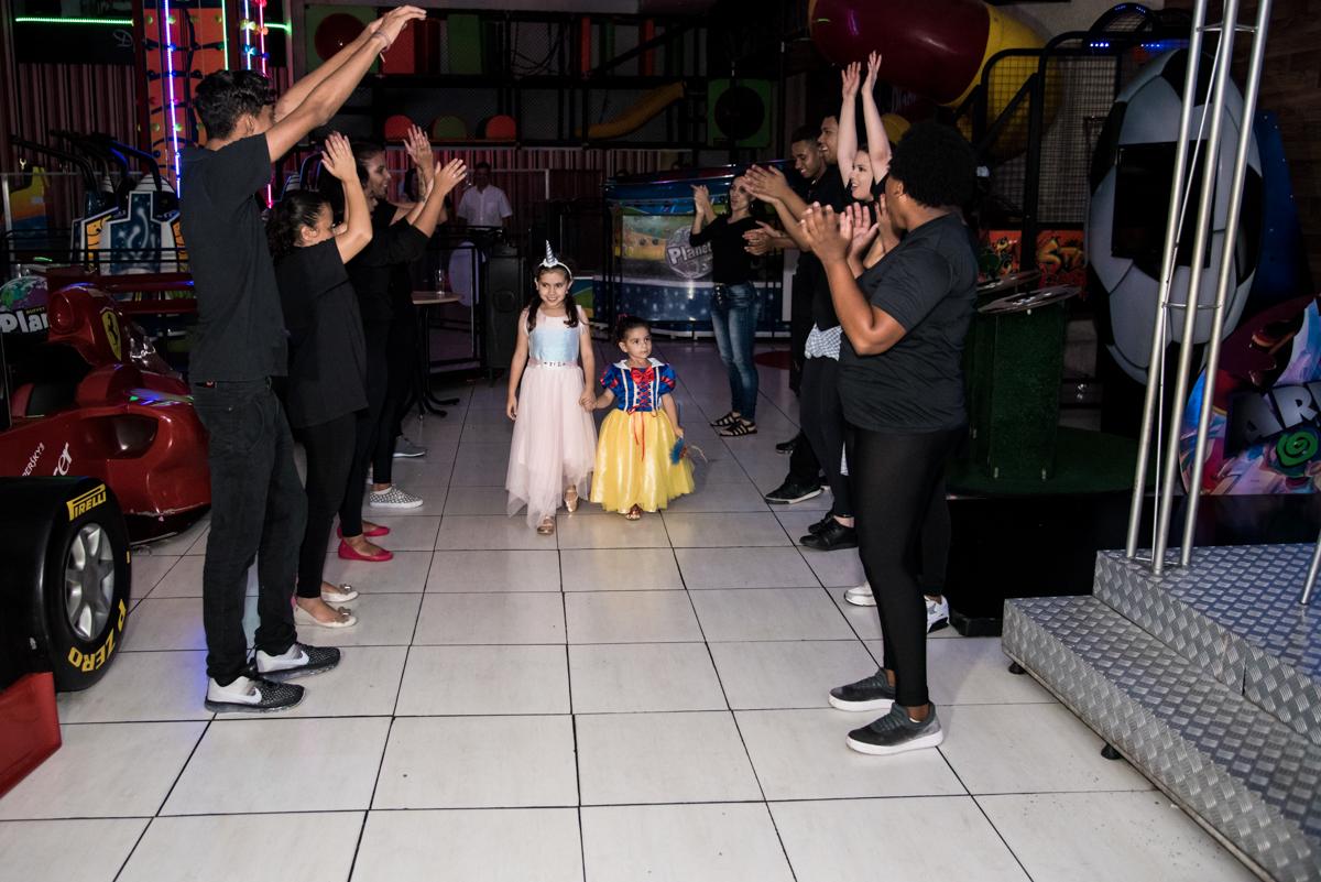 entrada para o parabéns no Buffet Planeta Kids, Lapa, São Paulo, aniversario de Sarah 8 anos, tema da festa Unicórnio