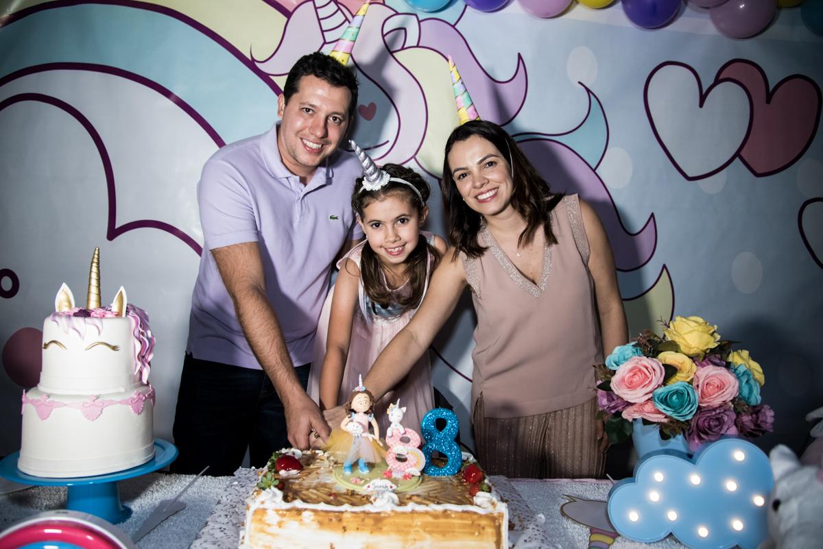 cortando o primeiro pedaço de bolo no Buffet Planeta Kids, Lapa, São Paulo, aniversario de Sarah 8 anos, tema da festa Unicórnio