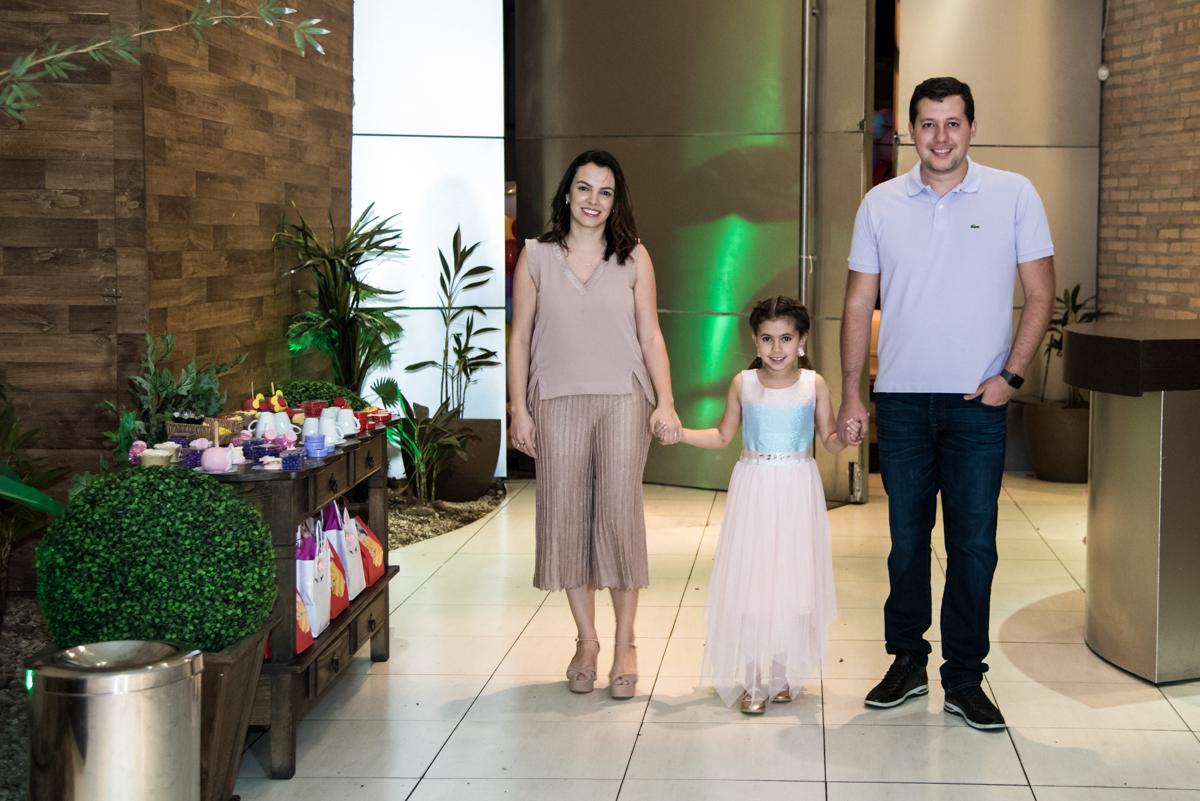 entrada da família no Buffet Planeta Kids, Lapa, São Paulo, aniversario de Sarah 8 anos, tema da festa Unicórnio