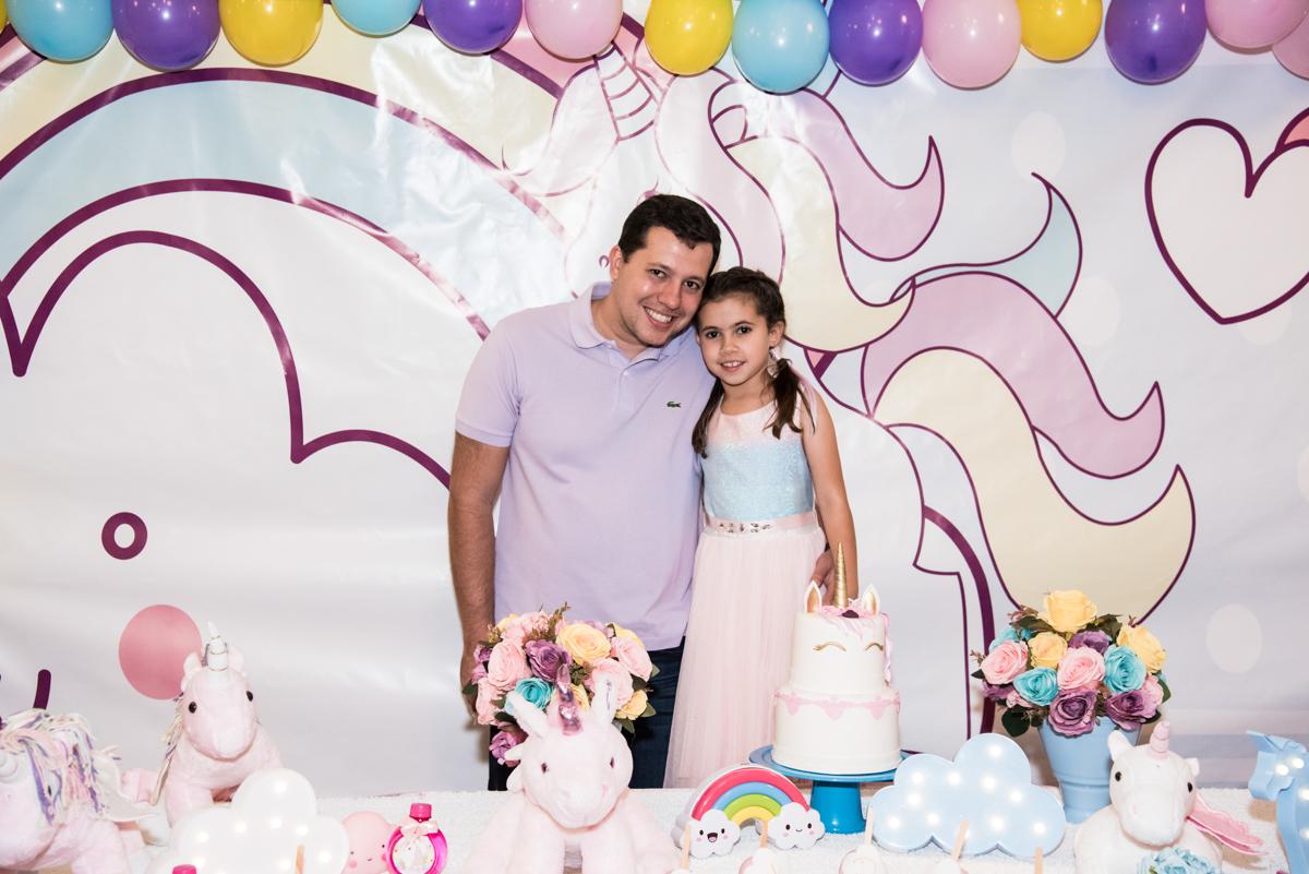 foto pai e filha no Buffet Planeta Kids, Lapa, São Paulo, aniversario de Sarah 8 anos, tema da festa Unicórnio