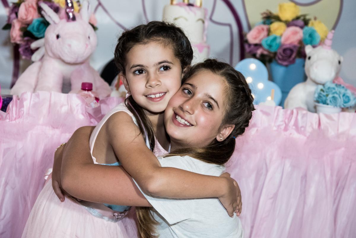 abraço da prima no Buffet Planeta Kids, Lapa, São Paulo, aniversario de Sarah 8 anos, tema da festa Unicórnio