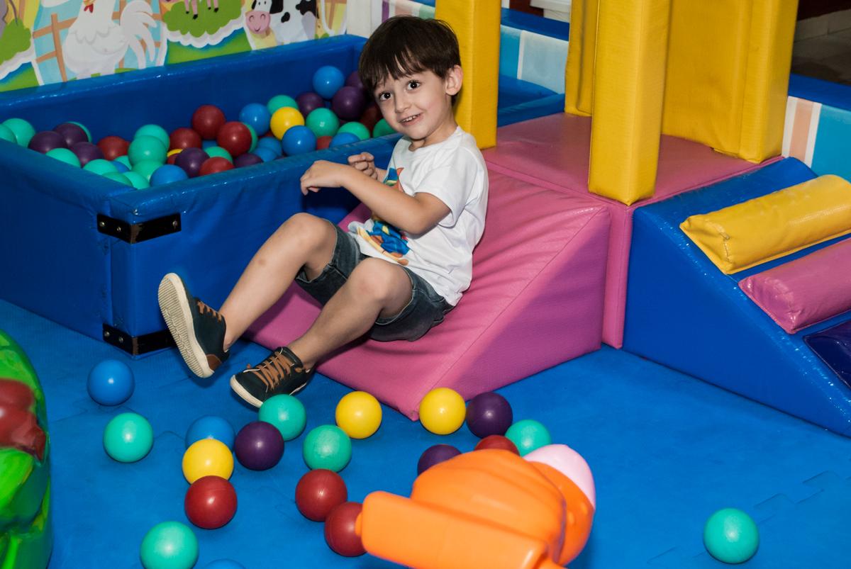 brincando na piscina de bolinhas no Buffet Mega Boom, Santana, São Paulo, aniversário Théo 4 anos tema da festa Patrulha Canina