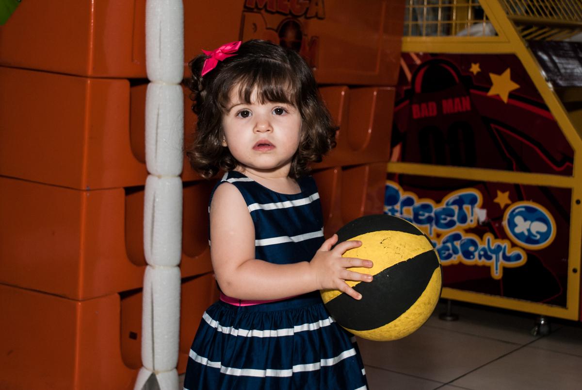 amiga brinca com a bola no Buffet Mega Boom, Santana, São Paulo, aniversário Théo 4 anos tema da festa Patrulha Canina