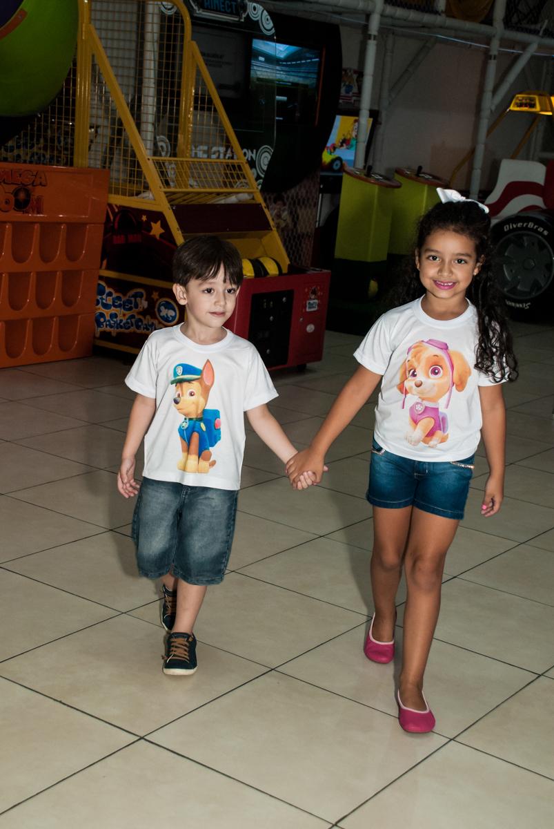 Os irmão entram na festa no Buffet Mega Boom, Santana, São Paulo, aniversário Théo 4 anos tema da festa Patrulha Canina