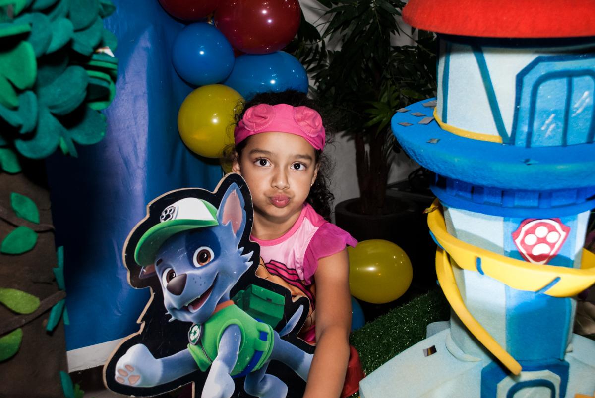 fazendo careta para a foto no Buffet Mega Boom, Santana, São Paulo, aniversário Théo 4 anos tema da festa Patrulha Canina