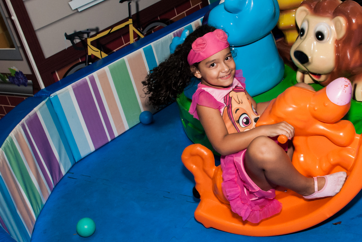 brincando na área baby no Buffet Mega Boom, Santana, São Paulo, aniversário Théo 4 anos tema da festa Patrulha Canina