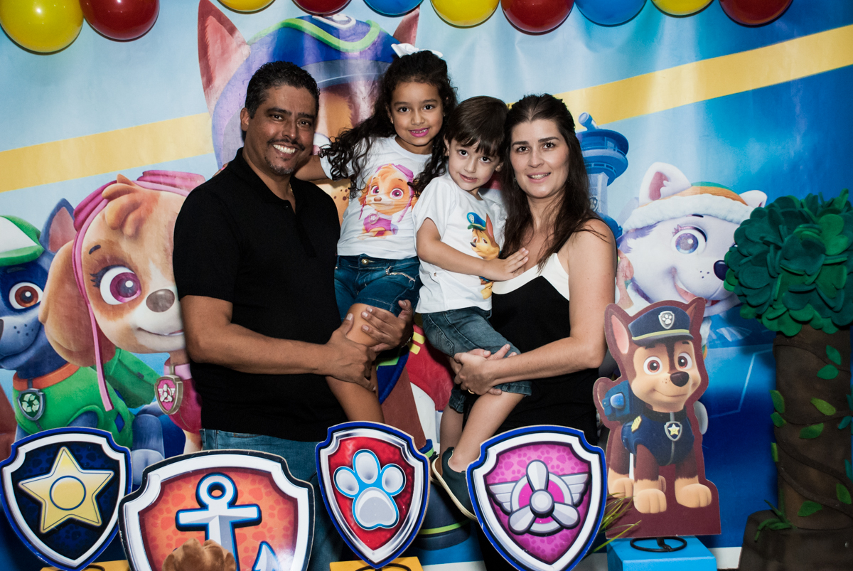 família na mesa temática no Buffet Mega Boom, Santana, São Paulo, aniversário Théo 4 anos tema da festa Patrulha Canina