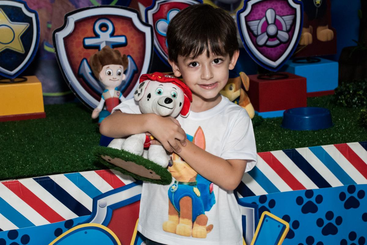 aniversariante com o personagem no Buffet Mega Boom, Santana, São Paulo, aniversário Théo 4 anos tema da festa Patrulha Canina