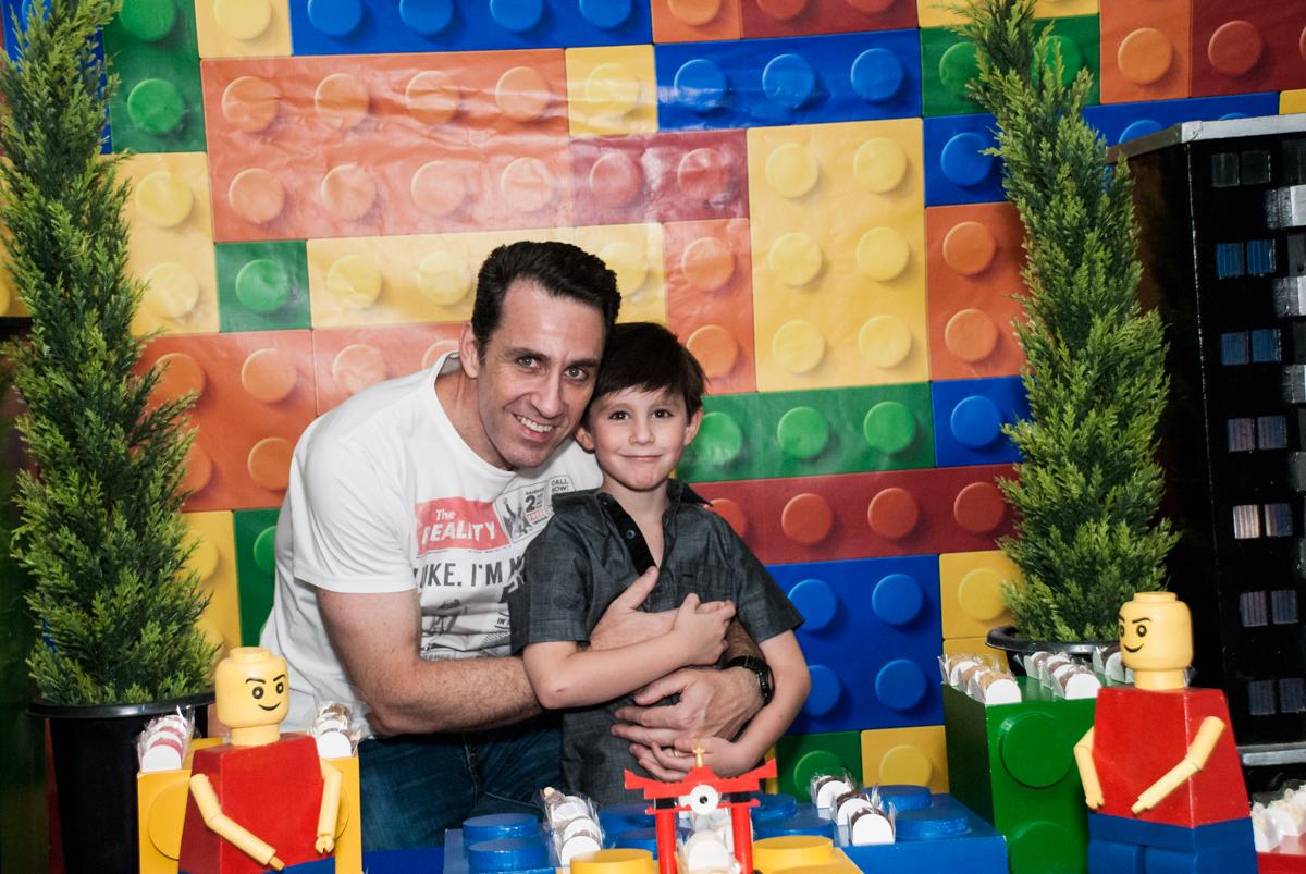 foto pai e filho  no Buffet Boomerang, Cidade Jardim, São Paulo, aniversario de Lucas 6 anos, tema da festa, lego
