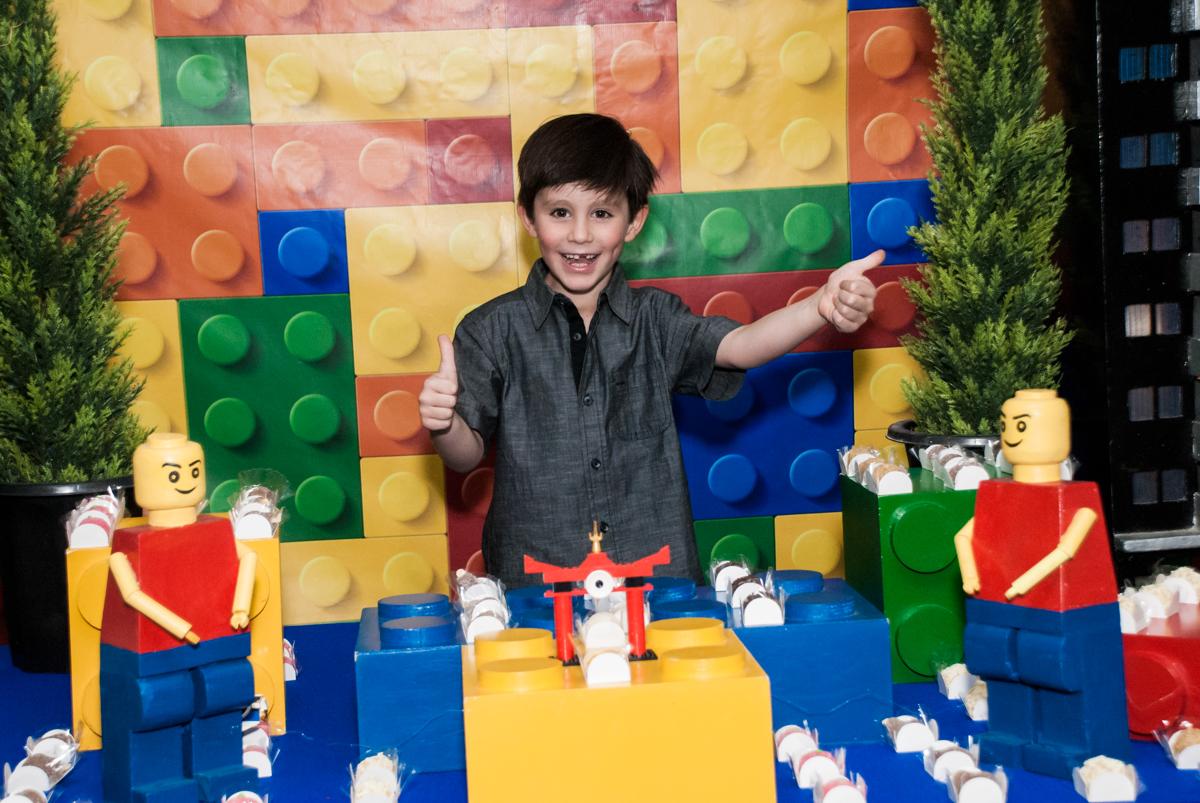 feliz com sua festa na mesa temática no Buffet Boomerang, Cidade Jardim, São Paulo, aniversario de Lucas 6 anos, tema da festa, lego
