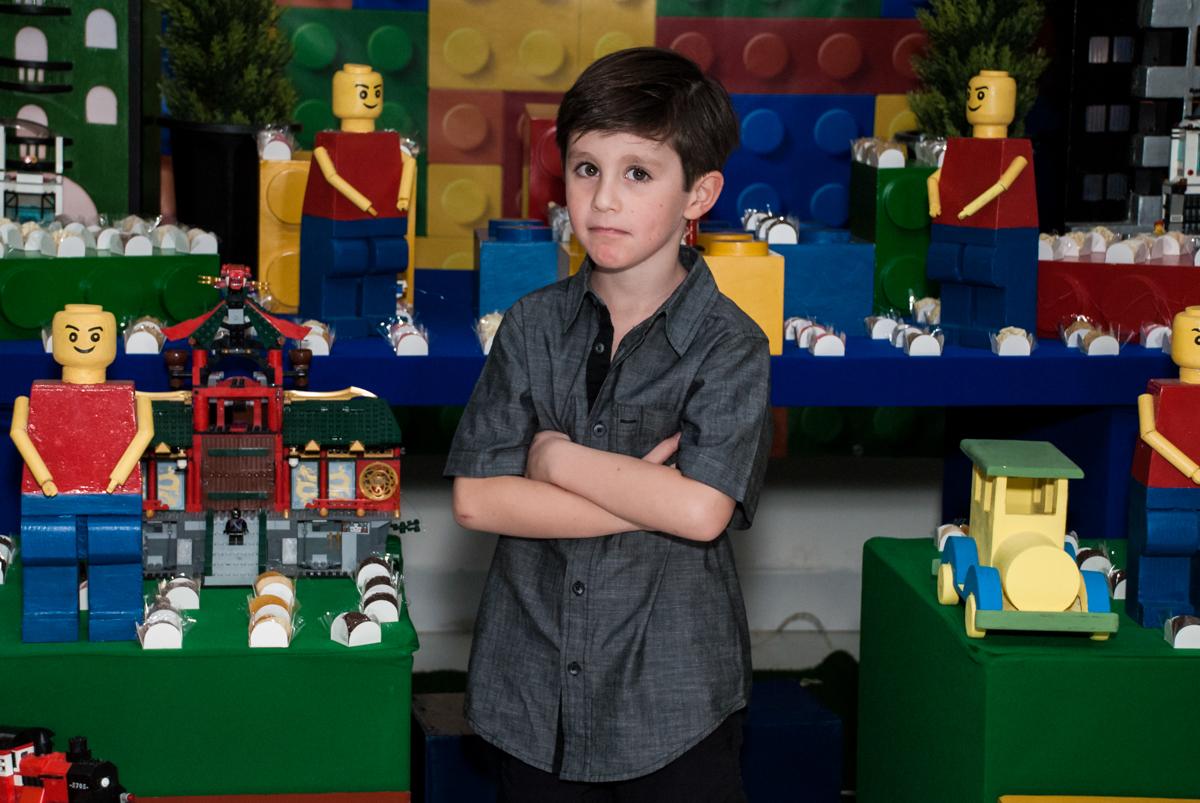 foto com pose de galã no Buffet Boomerang, Cidade Jardim, São Paulo, aniversario de Lucas 6 anos, tema da festa, lego