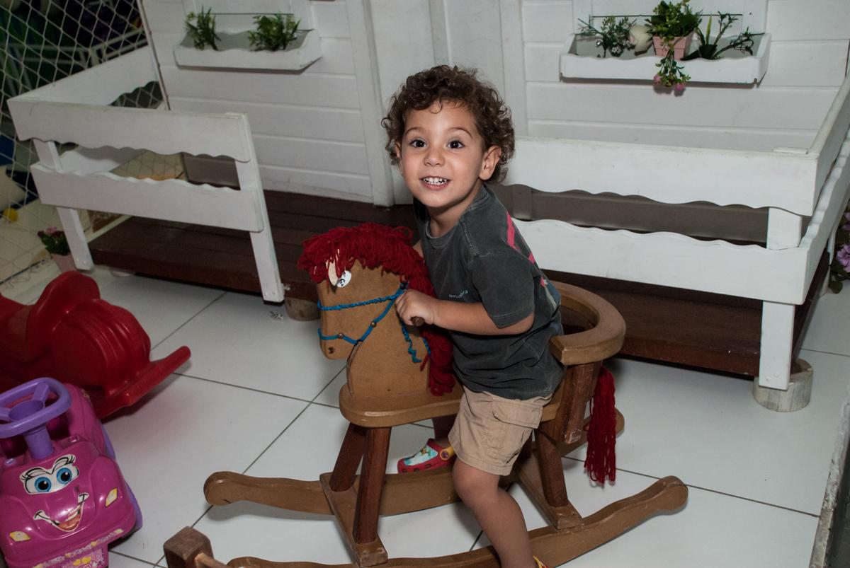 brincadeiras divertidas no cavalo de madeira no Buffet Boomerang, Cidade Jardim, São Paulo, aniversario de Lucas 6 anos, tema da festa, lego