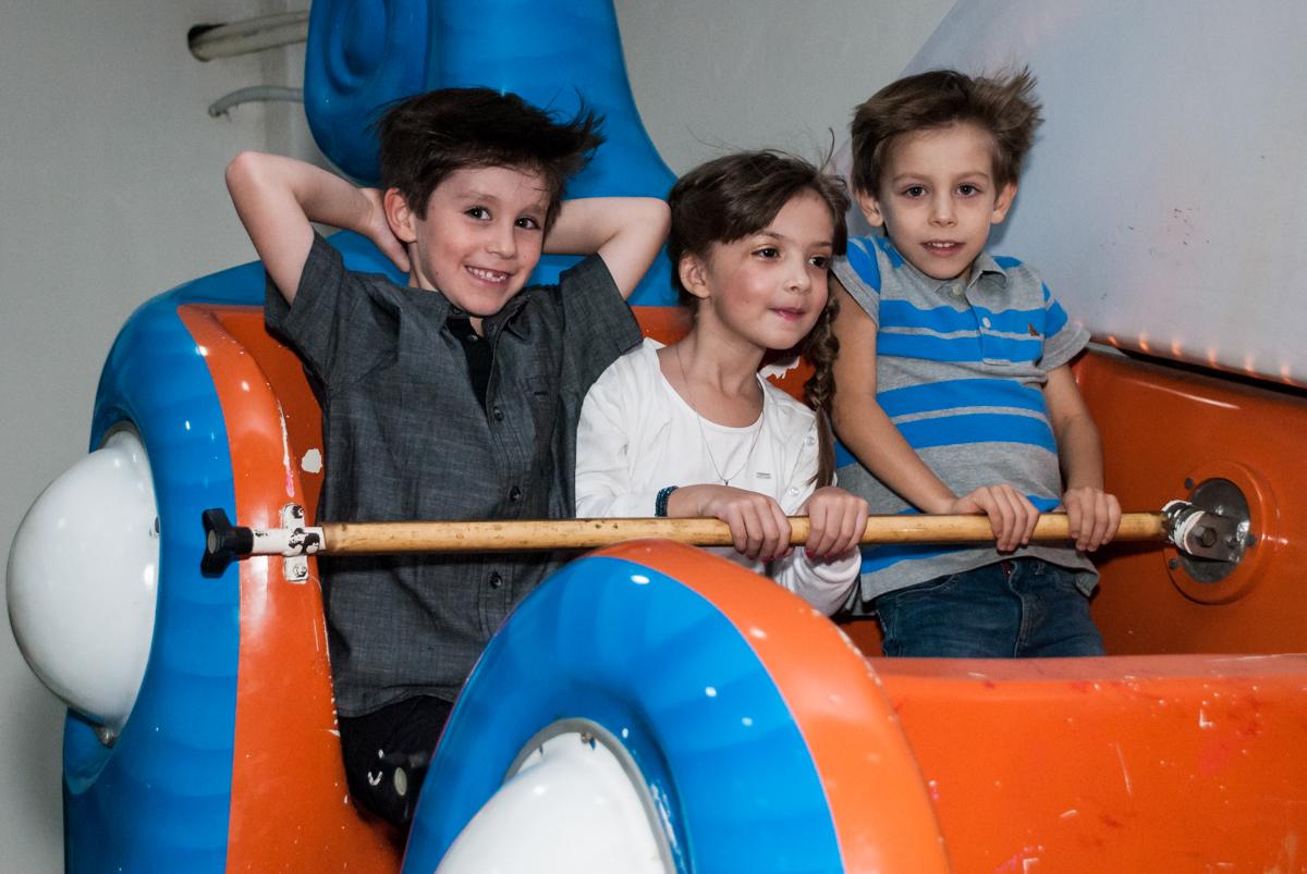O aniversariante brinca com os amigos no barco vick no Buffet Boomerang, Cidade Jardim, São Paulo, aniversario de Lucas 6 anos, tema da festa, lego
