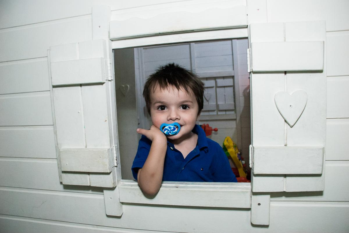 pose para a foto na janela da casinha de madeira no Buffet Boomerang, Cidade Jardim, São Paulo, aniversario de Lucas 6 anos, tema da festa, lego