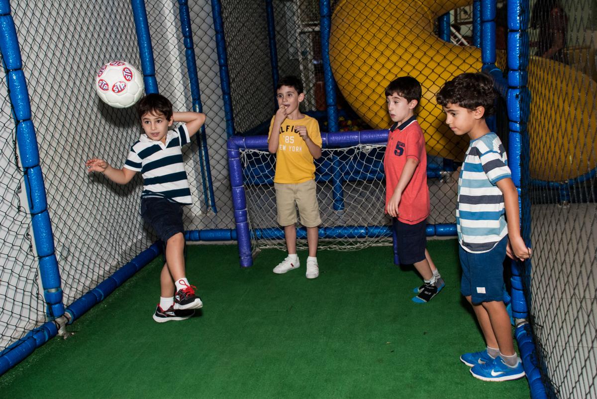 jogo de futebol no Buffet Boomerang, Cidade Jardim, São Paulo, aniversario de Lucas 6 anos, tema da festa, lego