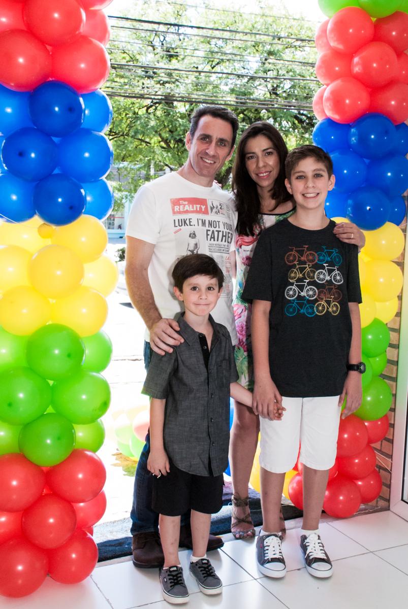 foto da família no arco de bexigas no Buffet Boomerang, Cidade Jardim, São Paulo, aniversario de Lucas 6 anos, tema da festa, lego