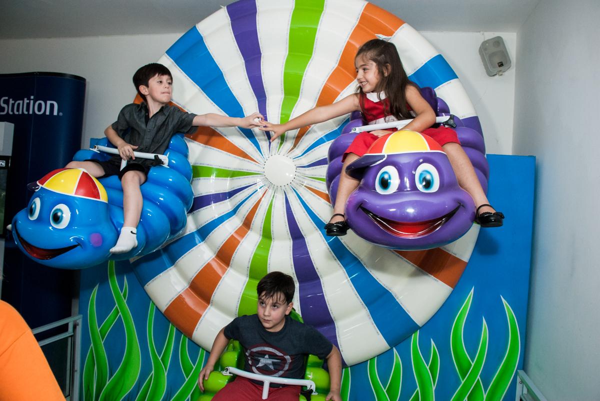 crianças brincam no carrossel no Buffet Boomerang, Cidade Jardim, São Paulo, aniversario de Lucas 6 anos, tema da festa, lego