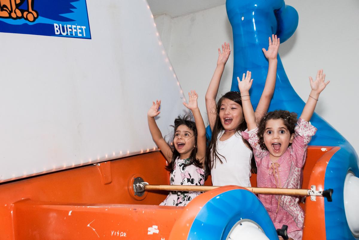 As meninas curtem a tiroliesa no Buffet Boomerang, Cidade Jardim, São Paulo, aniversario de Lucas 6 anos, tema da festa, lego