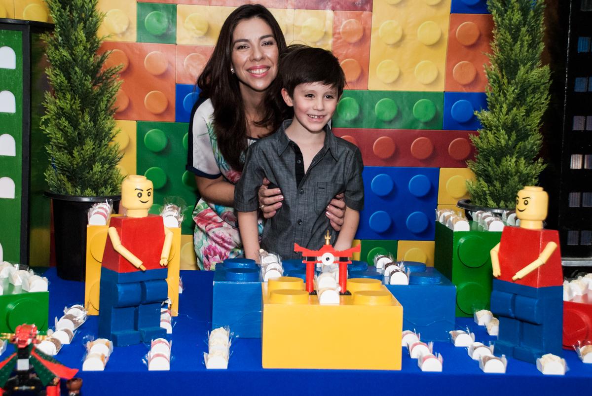 mãe e filho na mesa temática no Buffet Boomerang, Cidade Jardim, São Paulo, aniversario de Lucas 6 anos, tema da festa, lego