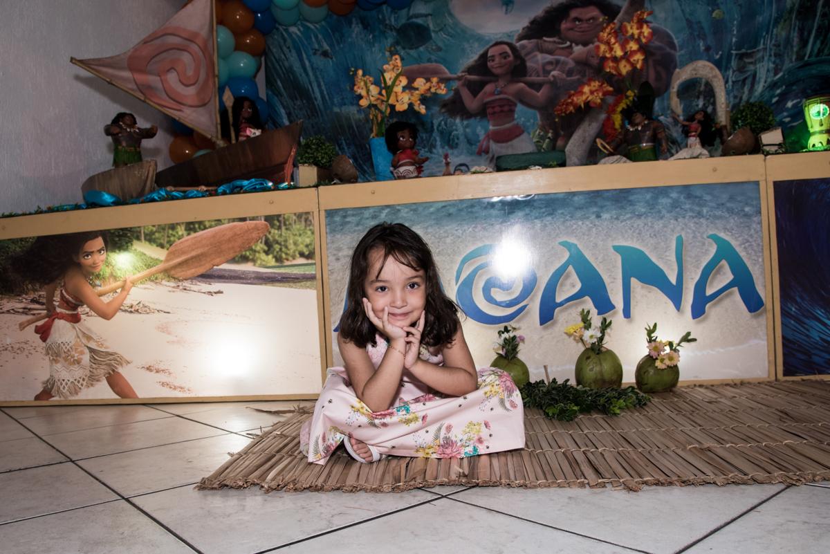 feliz na mesa decorada no Buffet Fabrica da Alegria, Osaco, São Paulo, aniversário de Rafaela 5 anos tema da festa Moana