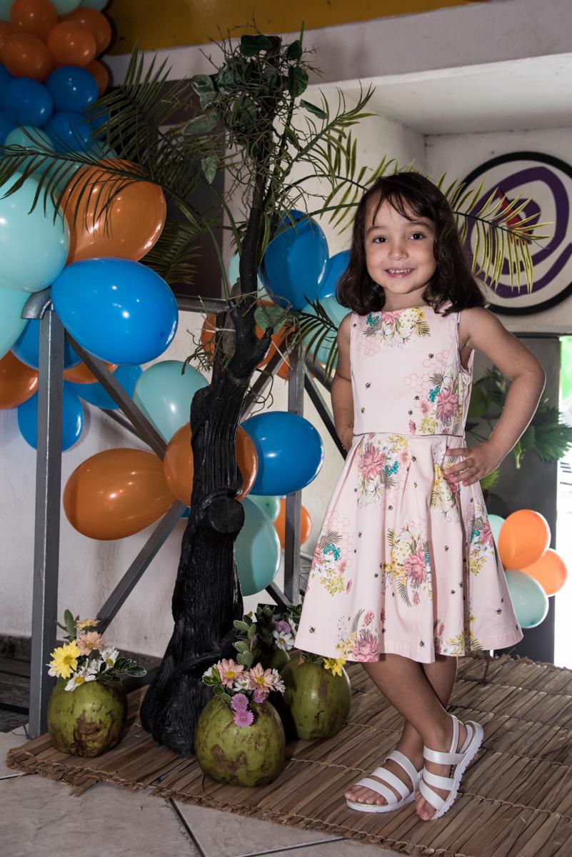esperando os amigos para sua festa no Buffet Fabrica da Alegria, Osaco, São Paulo, aniversário de Rafaela 5 anos tema da festa Moana