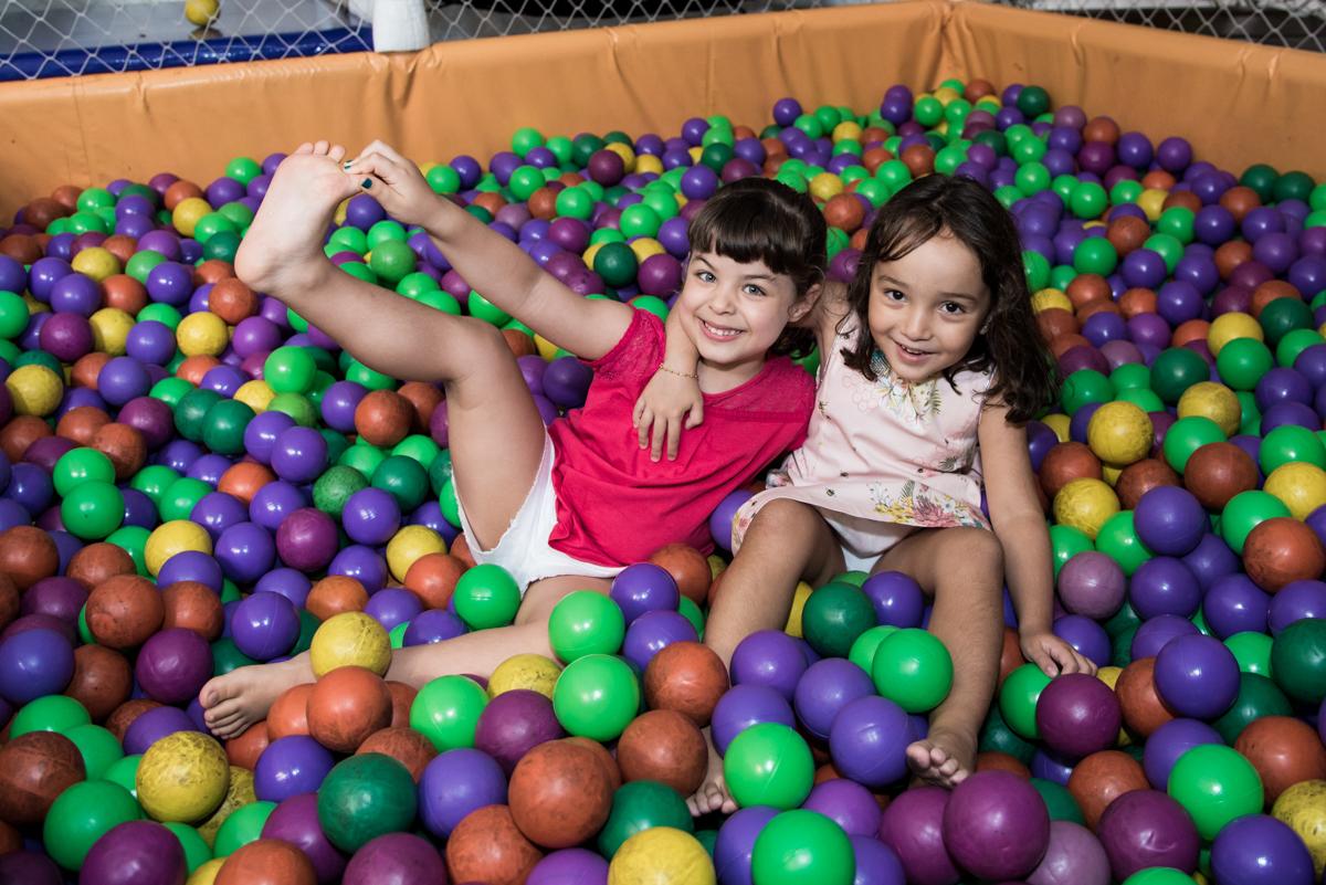 brincadeiras na piscina de bolinhas no Buffet Fabrica da Alegria, Osaco, São Paulo, aniversário de Rafaela 5 anos tema da festa Moana