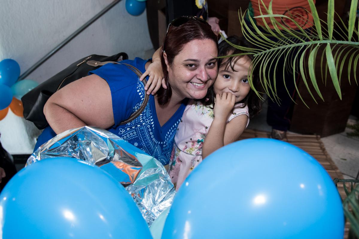 recebendo a amiga para sua festa no Buffet Fabrica da Alegria, Osaco, São Paulo, aniversário de Rafaela 5 anos tema da festa Moana