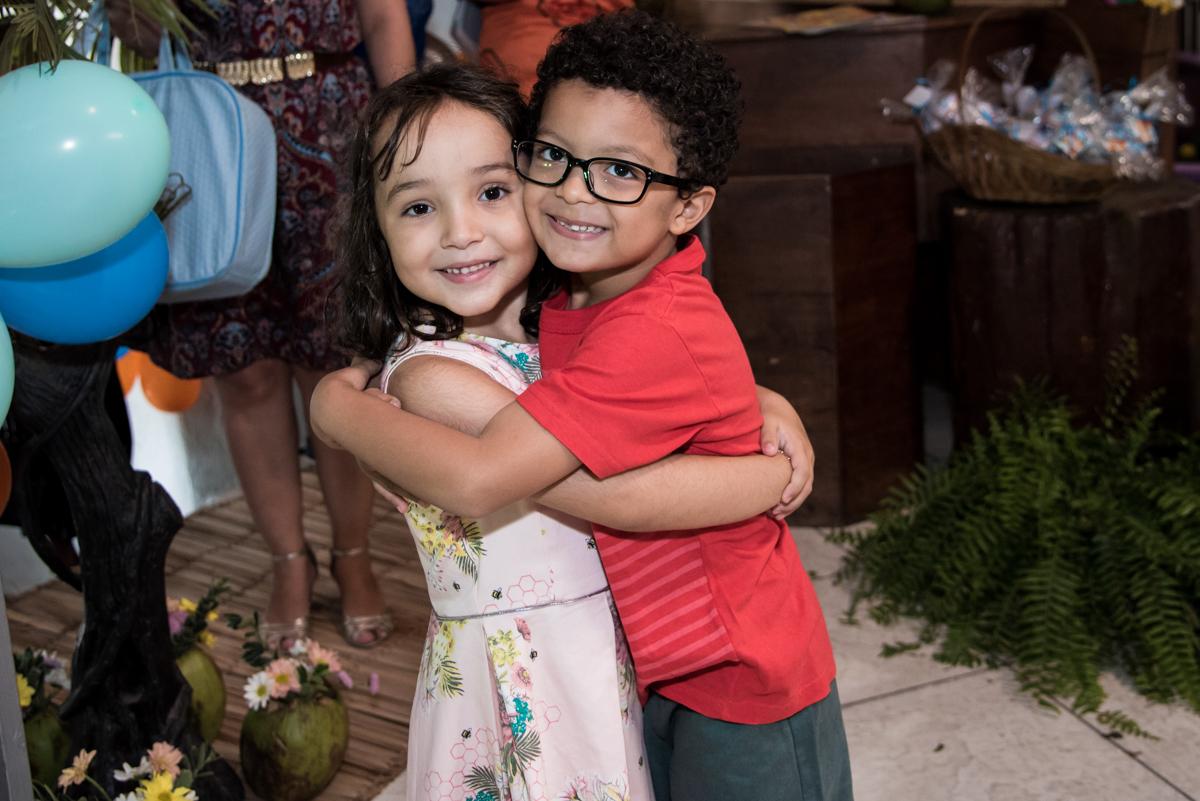 abraço do amigo no Buffet Fabrica da Alegria, Osaco, São Paulo, aniversário de Rafaela 5 anos tema da festa Moana