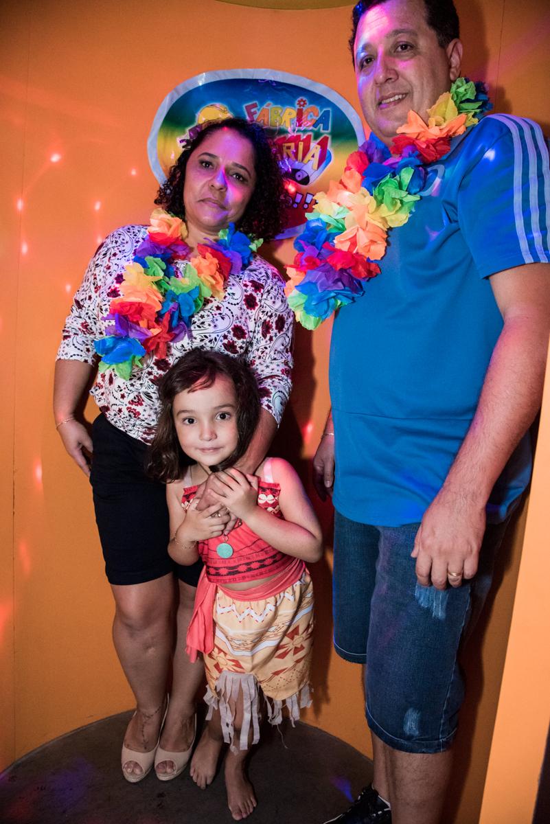 saindo da maquina do parabéns no Buffet Fabrica da Alegria, Osaco, São Paulo, aniversário de Rafaela 5 anos tema da festa Moana
