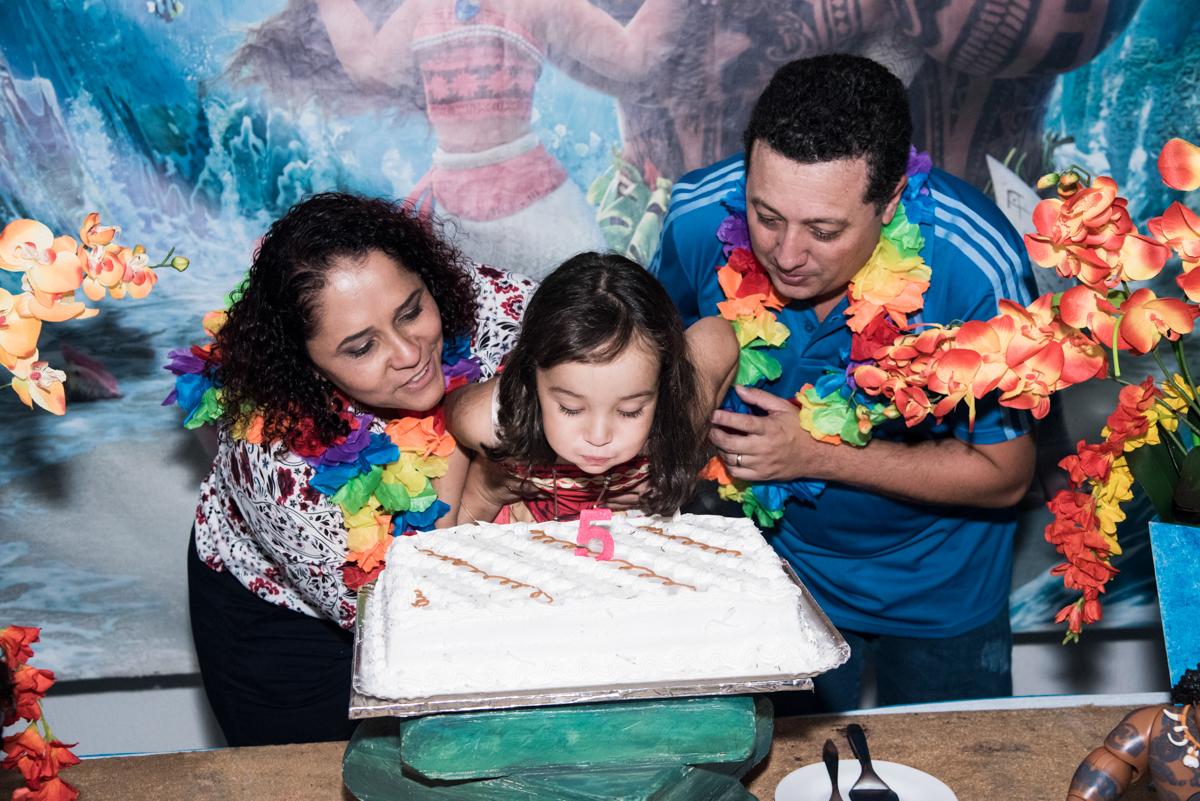 soprando a vela do bolo no Buffet Fabrica da Alegria, Osaco, São Paulo, aniversário de Rafaela 5 anos tema da festa Moana
