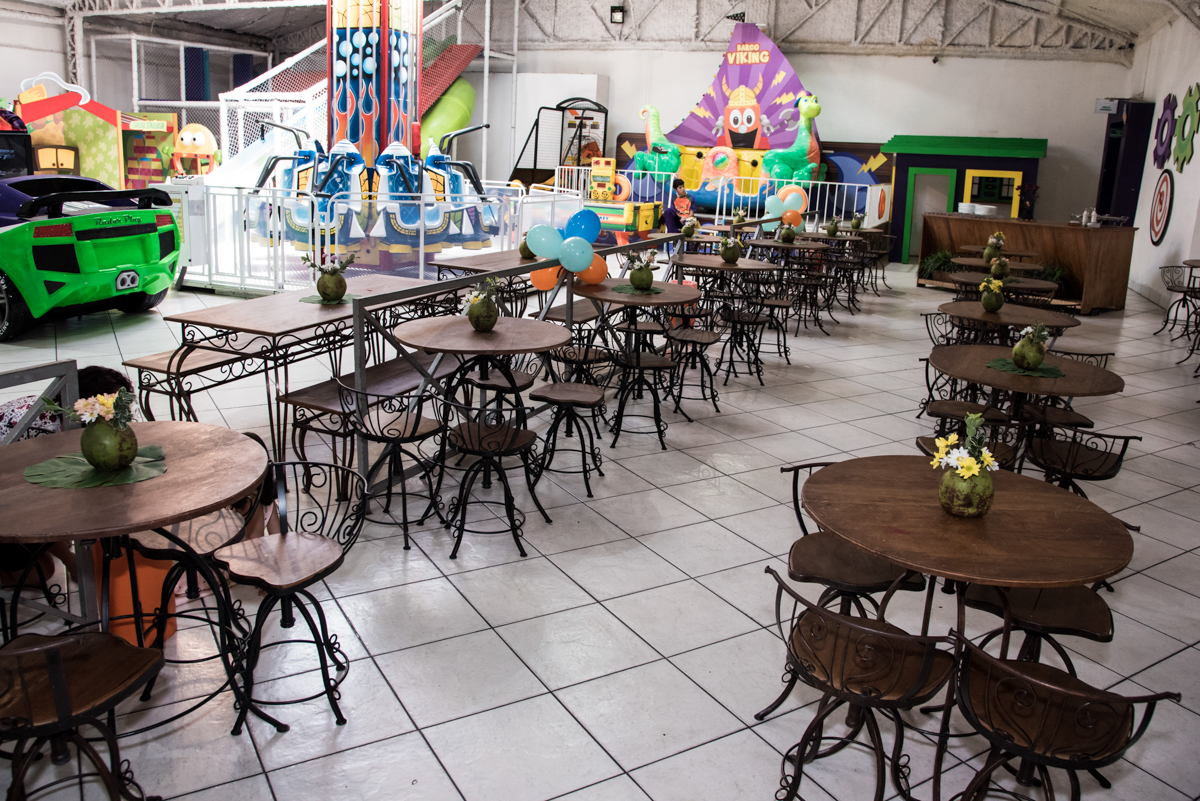 salão enfeitado com balão no Buffet Fabrica da Alegria, Osaco, São Paulo, aniversário de Rafaela 5 anos tema da festa Moana
