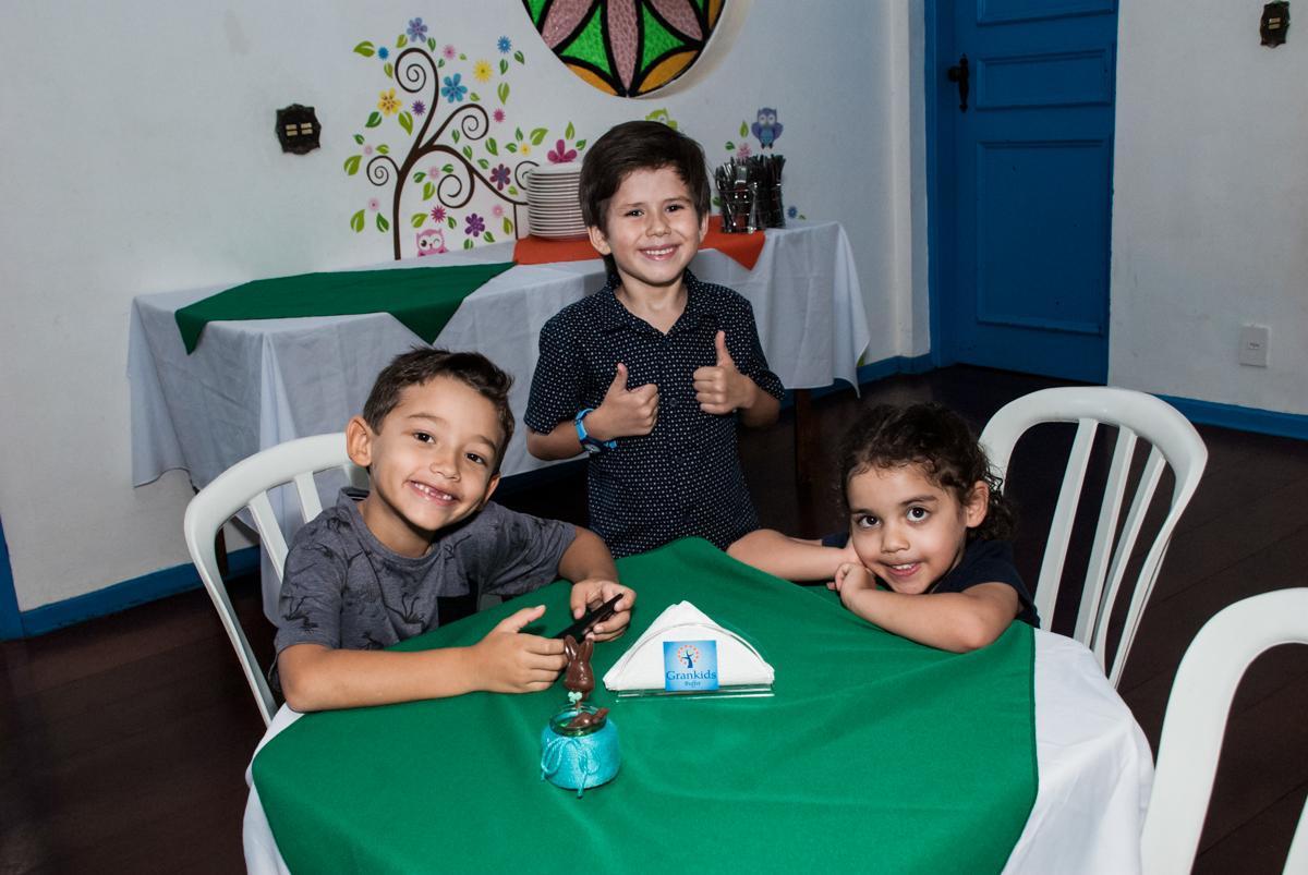 Os amigos se divertem no Buffet Grand Kid's, Cotia São Paulo, aniversário de Joseph 1 ano, tema da festa páscoa