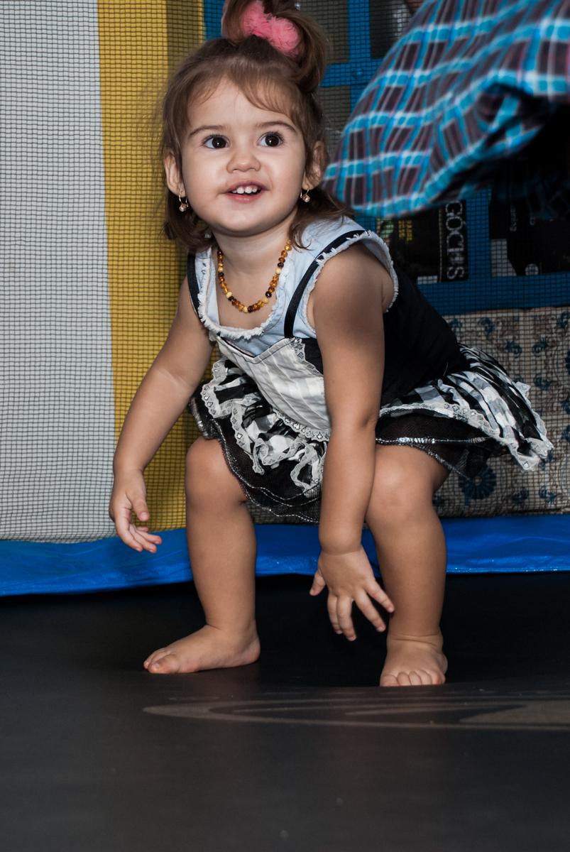 pose para a foto na cama elástica no Buffet Grand Kid's, Cotia São Paulo, aniversário de Joseph 1 ano, tema da festa páscoa