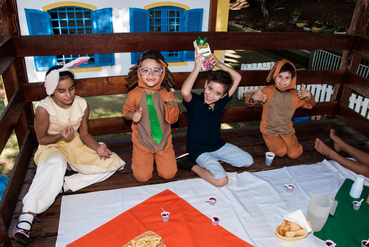 tomando suco na hora do lanche no Buffet Grand Kid's, Cotia São Paulo, aniversário de Joseph 1 ano, tema da festa páscoa