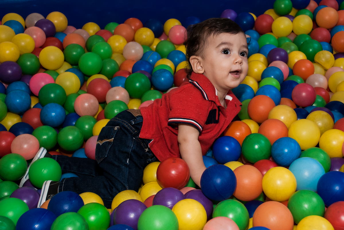 brincando com os amigos na piscina de bolinhas no Buffet Grand Kid's, Cotia São Paulo, aniversário de Joseph 1 ano, tema da festa páscoa